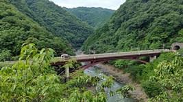 桂川(保津川)に架かる高架駅(保津峡駅)