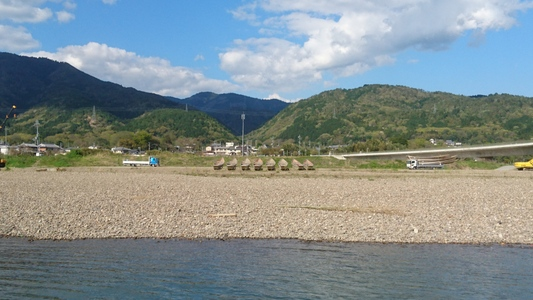 亀岡市の乗船場対岸にて待機中の船