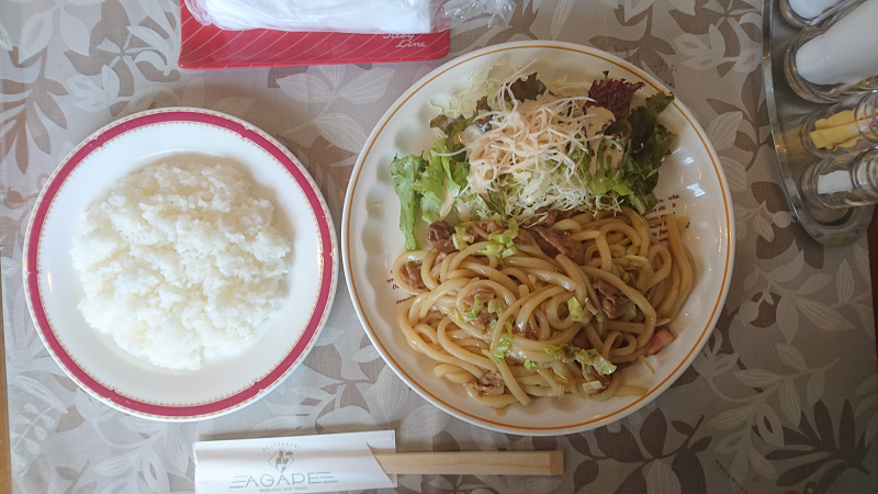 Rセット (焼きうどん、サラダ、ライス)+ドリンク(今回はホットコーヒーにて)