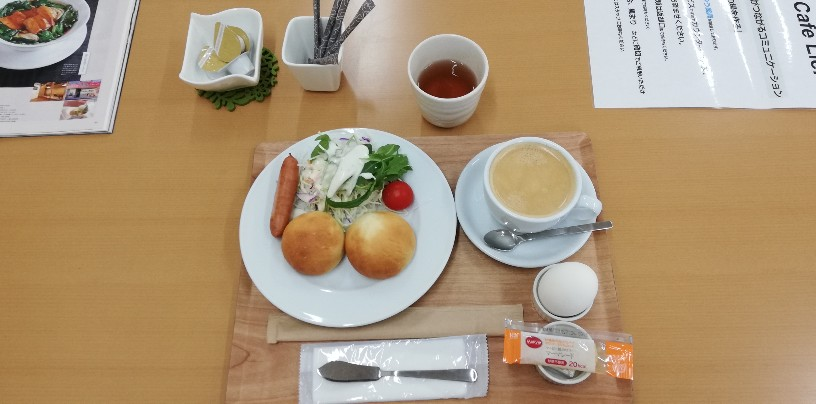 3回目もワンコインだった<モーニングメニュー>から丸パンセット(丸パン+ゆで卵+野菜サラダにコーヒー)