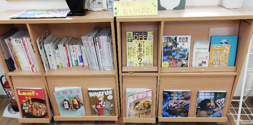 お店入り口近くに設けられた「読み物」コーナー