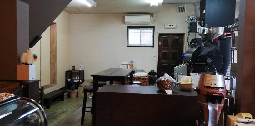 一般的なコーヒー専門店でも見かけないコーヒー豆の焙煎機?中央奥にはテーブル席も・・作りたてのコーヒーを味わう場所?