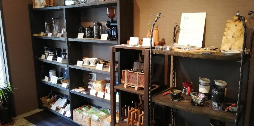 コーヒー専門店だけあって並べられた器具類も独特な雰囲気を醸し出して・・・