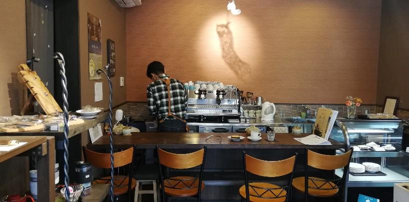 カウンター席も有りますが4席。テーブル席も用意されてますが多人数用では無い。メインはコーヒー豆の直接販売(対面販売)やオンラインショップにて【スペシャルティコーヒー豆】のネット販売?