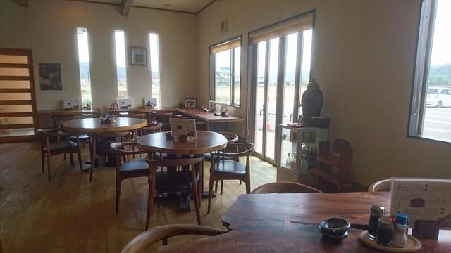 店内は広くてゆったりとしたスペース感、しっかりしたテーブルにチェア