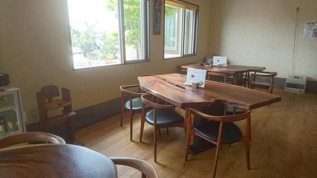 店内は広くてゆったりとしたスペース感、しっかりした質感がするテーブルにチェア