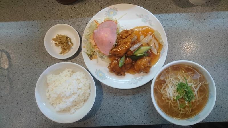 日替り定食(@700 税込) 酢豚にラーメンも・・・野菜サラダも結構な量