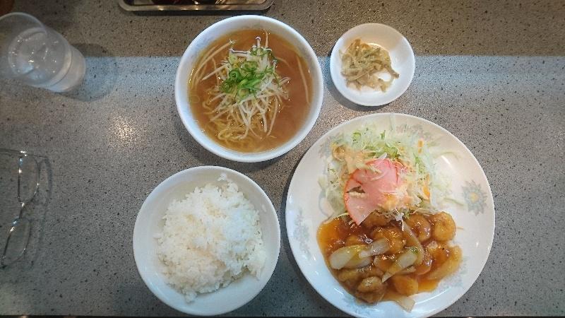 日替り定食(@700税込) えびの甘酢にライス・ミニラーメンも・・・野菜サラダも結構な量